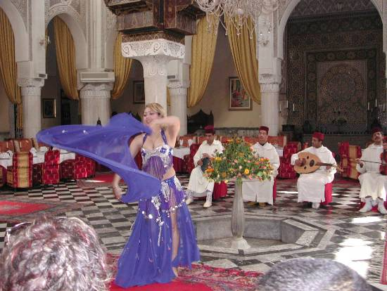 folklore-divers-danseuse-souk-marrakech-.jpg*550*414